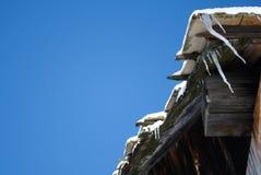 有冰柱的屋顶 图库摄影