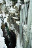 有冰柱的峡谷在冬天 库存照片