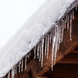 有冰柱的积雪的屋顶 恶劣天气,冬天季节概念,软的焦点,浅深度领域 库存图片