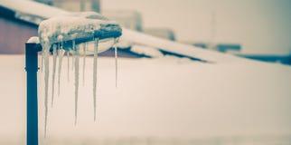 有冰柱的冻街灯 库存照片