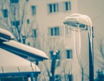 有冰柱的冻街灯 免版税库存照片