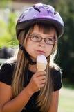 有冰淇凌的女孩 库存图片
