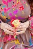 有冰淇凌的女性手 库存图片