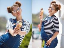 有冰淇凌的孕妇在海洋附近 免版税库存照片