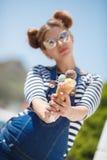 有冰淇凌的孕妇在海洋附近 库存照片