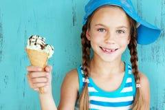 有冰淇凌的孩子 库存照片