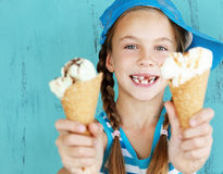 有冰淇凌的孩子 免版税库存照片