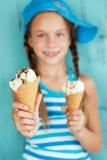 有冰淇凌的孩子 库存图片