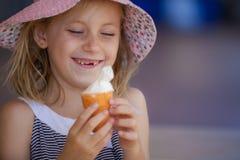 有冰淇凌的愉快的女孩 库存照片