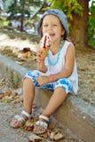 有冰淇凌的愉快的孩子 免版税图库摄影
