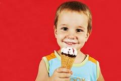 有冰淇凌的愉快的男孩 库存图片