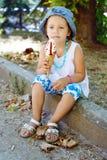 有冰淇凌的逗人喜爱的女孩 免版税库存照片