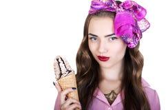 有冰淇凌的年轻美丽的妇女 图库摄影