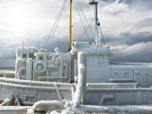 有冰的渔船在冬天风暴以后用硬皮覆盖 免版税库存图片