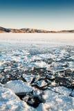 有冰的美丽的冬天湖在日落 库存图片