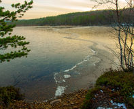 有冰的Forest湖在秋天 免版税库存照片
