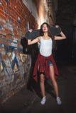 有冰鞋板的,都市生活方式青少年的女孩 免版税库存照片