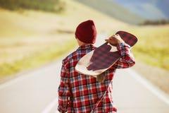 有冰鞋的人由路走 免版税库存照片