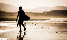 有冲浪板的人 免版税图库摄影
