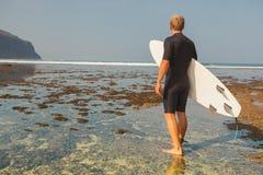 有冲浪板的冲浪者在海岸线 免版税库存图片