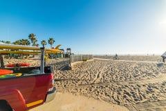 有冲浪板的卡车由在威尼斯海滩的岸 免版税库存图片