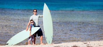 有冲浪板的父亲和儿子 图库摄影