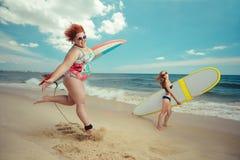 有冲浪板的肥胖妇女 免版税库存照片