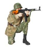 有冲锋枪的战士。 隔绝在白色背景 免版税库存图片
