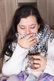 有冷和重的咳嗽的少妇在家 免版税库存照片