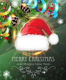 有冷杉分支和闪亮金属片的圣诞老人帽子 库存图片