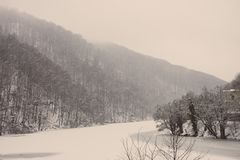 有冷的森林的结冰的冬天湖在Lillafured,米什科尔茨,匈牙利 有冰和多雪的山的湖 33c 1月横向俄国温度ural冬天 免版税库存照片