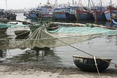 有净和被编织的竹篮子小船的传统渔船在渔村在岘港市, Sou 免版税库存照片