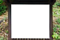 有准备好木标志的板的森林小径投入信息 库存照片