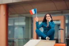 有准备好法国的旗子的旅行妇女继续法国假期 免版税库存照片