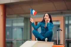 有准备好法国的旗子的旅行妇女继续法国假期 免版税图库摄影