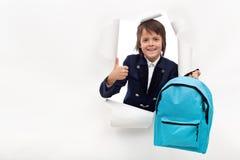 有准备好的书包的愉快的男孩学会新的事 库存照片