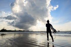 有准备好的冲浪板的女子冲浪者冲浪 图库摄影
