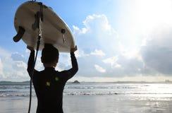 有准备好的冲浪板的女子冲浪者冲浪 免版税库存图片