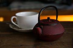 有准备好的杯子的茶壶服务 免版税图库摄影