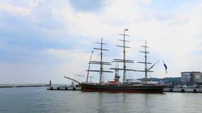 有准备好的游人的乐趣船在船上离开公海远航的港口 影视素材