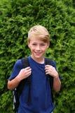 有准备好的Backback的小孩子在他的第一天第4年级的学校 免版税库存照片