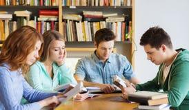 有准备对检查的书的学生在图书馆里 免版税库存图片