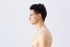 有凉快的发型的赤裸上身的年轻人 免版税库存图片