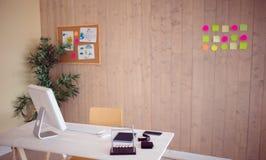 有凉快的木铣板的创造性的办公室 图库摄影