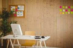 有凉快的木铣板的创造性的办公室 库存照片