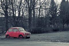 有减速火箭的作用的精密桃红色老汽车 免版税库存图片