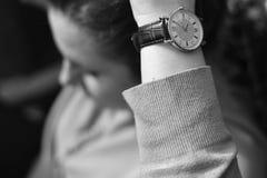 有减速火箭的手表的妇女 免版税库存图片