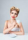 有减速火箭的构成的新白肤金发的妇女 免版税库存图片