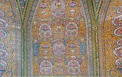 有减速火箭的样式的老瓦片在与传统艺术品的清真寺Nasir ol Molk里面 图库摄影