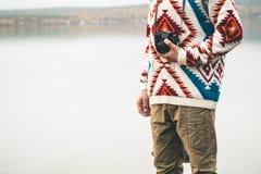 有减速火箭的照片照相机时尚旅行生活方式的人 免版税库存图片